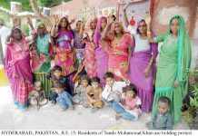 حیدرآباد،ٹنڈومحمد خان کے رہائشی خاندان بااثرافراد کے ظلم کے خلاف پریس کلب کے سامنے احتجاج کررہاہے
