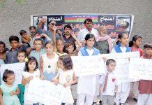 حیدرآباد،جی او آرکالونی کے بچے بہن بھائی کے قتل کے خلاف پریس کلب کے سامنے احتجاج کررہے ہیں