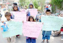 حیدرآباد،ٹنڈوالٰہیار کے رہائشی مطالبات کے حق میں پریس کلب کے سامنے مظاہرہ کررہے ہیں