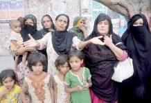 حیدرآباد،حسین آباد کے رہائشی بااثر افراد کے خلاف پریس کلب کے سامنے احتجاج کررہے ہیں