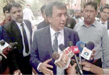 کمشنر حیدرآباد ڈویژن محمد عباس بلوچ صحافیوں سے گفتگو کررہے ہیں