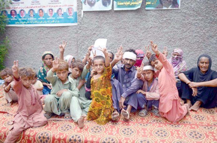 حیدر آباد، چھلگری کے رہائشی بااثر افراد کے ظلم و ستم کے خلاف پریس کلب کے سامنے احتجاج کررہے ہیں