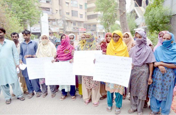 حیدرآباد،مٹیاری کے رہائشی بااثر افراد کے ظلم کیخلاف پریس کلب کے سامنے احتجاج کررہے ہیں