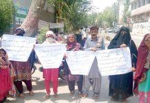 حیدرآباد،ہٹڑی کے رہائشی بااثر شخصیات کے خلاف پریس کلب کے سامنے احتجاج کررہے ہیں