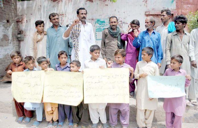 حیدرآباد،نیوسٹی کے رہائشی مطالبات کے حق میں پریس کلب کے سامنے مظاہرہ کررہے ہیں