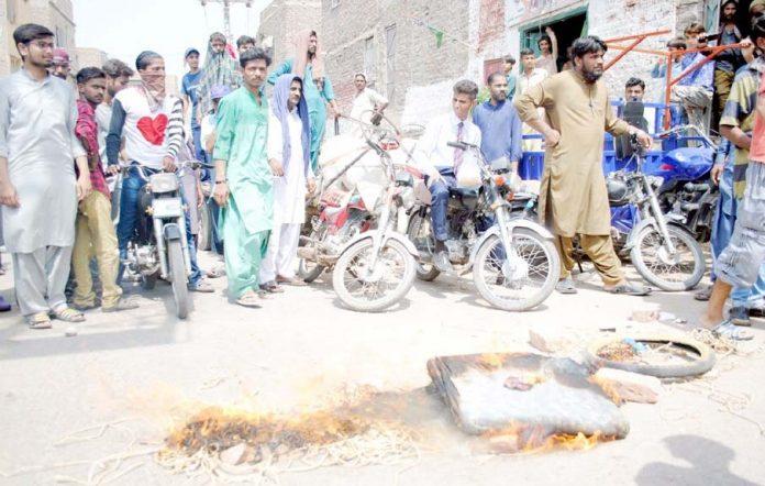 حیدرآباد،صدر کالونی کے رہائشی سیوریج کے ناقص نظام اور عدم صفائی پر احتجاج کررہے ہیں