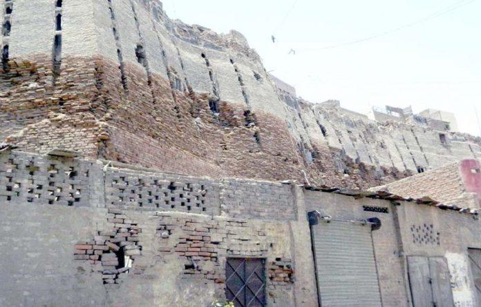 حیدرآباد،پکا قلعہ کی کمزور دیواریں کسی بھی وقت گر کرجانی و مالی نقصان کا باعث بن سکتی ہے