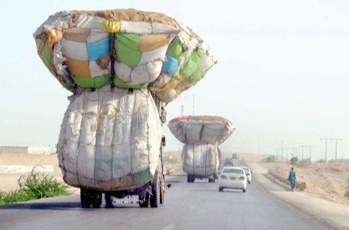 حیدر آباد، لوڈ ٹرک ہائی وے سے گزر رہا ہے جو کسی بھی حادثے کاباعث بن سکتا ہے