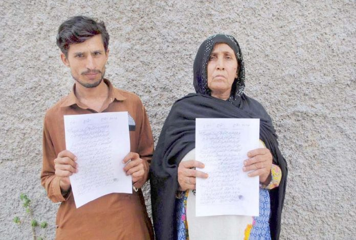 حیدر آباد : بوچھڑی کا رہائشی خاندان مطالبات کے حق میں پریس کلب پر مظاہرہ کررہا ہے