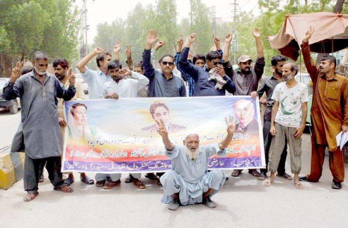 حیدرآباد،سندھ بلڈنگ کنٹرول اتھارٹی کے تحت مطالبات کے حق میں پریس کلب کے سامنے مظاہرہ کیا جارہا ہے