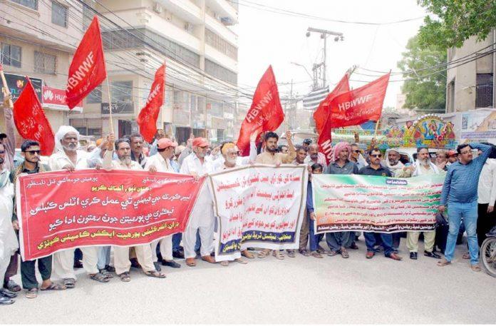 حیدرآباد،نیشنل فیڈریشن ٹریڈ یونین کے تحت ظالمانہ ٹیکس کے نفاذ کیخلاف پریس کلب کے سامنے احتجاج کررہے ہیں