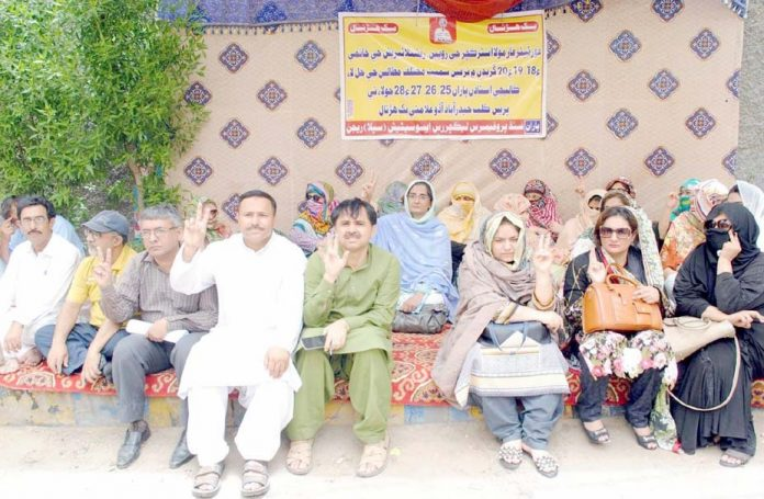 حیدرآباد،سندھ پروفیسر لیکچرارز ایسوسی ایشن کے تحت مطالبات کی عدم منظور پر پریس کلب کے سامنے احتجاج کیا جارہا ہے