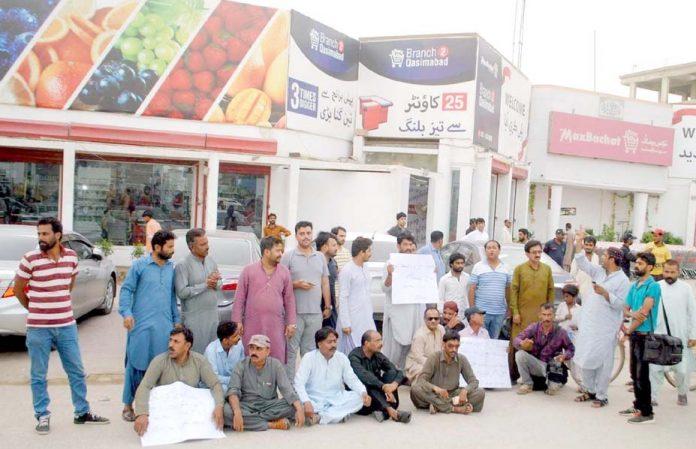 حیدرآباد ،صحافیوں پر تشدد اور قاتلوں کی عدم گرفتاری کیخلاف صحافی برادری پریس کلب کے سامنے احتجاج کررہی ہے
