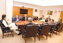واشنگٹن: وزیراعظم عمران خان سے پاکستانی نژاد امریکی کاروباری شخصیت جاوید انور تاجروں کے ہمراہ ملاقات کررہے ہیں
