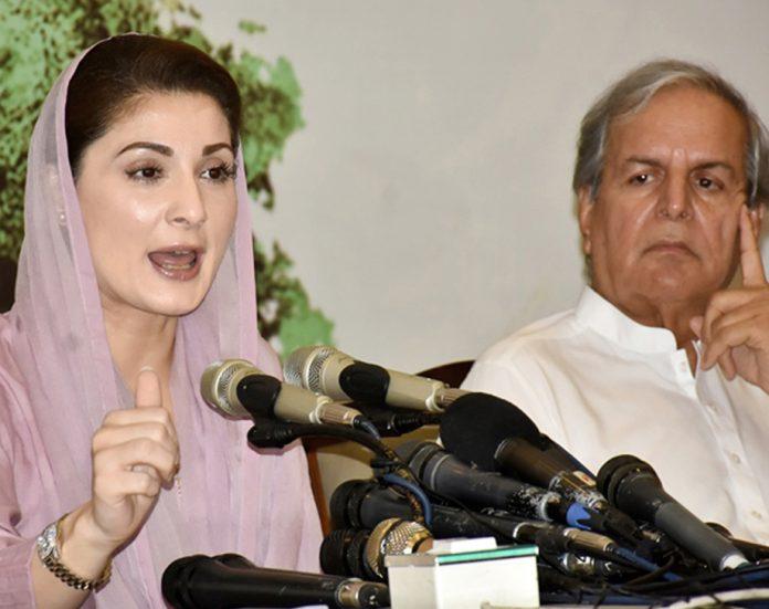 لاہور: مسلم لیگ (ن) کی نائب صدر مریم نواز پریس کانفرنس کررہی ہیں، جاوید ہاشمی بھی موجود ہیں