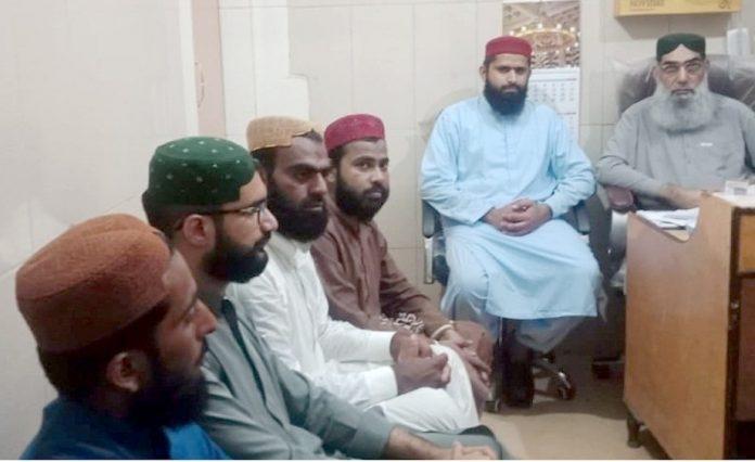 جیکب آباد : جمعیت طلبہ اسلام سندھ کے رہنما میڈیا سے گفتگو کررہے ہیں