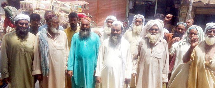 جیکب آباد : پولیس کی زیادتیوں کیخلاف پریس کلب کے سامنے احتجاج کیا جارہا ہے