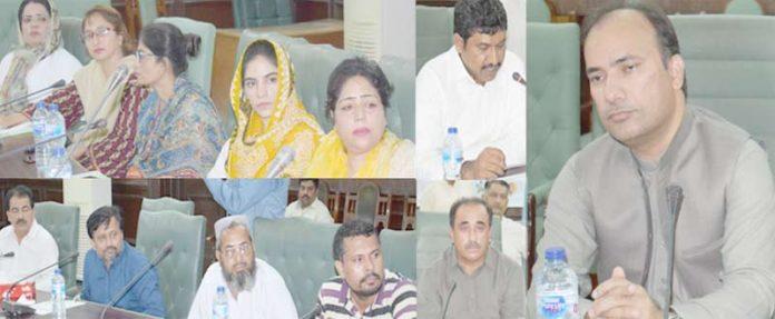 نوابشاہ ،ایڈیشنل ڈپٹی کمشنر II طارق علی سولنگی محکمہ صحت اور بہبود آبادی کے افسران کے اجلاس کی صدارت کررہے ہیں