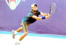 کراچی : مدثر مرتضیٰ دوسرے چیمپئن جے سی ایس سی اوپن ٹینس چیمپئن شپ کے سیمی فائنل میں شاٹ کھیلتے ہوئے