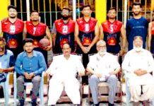 شہداء پاکستان ایس ایس بی کپ باسکٹ بال ٹورنامنٹ کے دوسرے سیمی فائنل کے موقع پر کھلاڑیوں کا مہمان خصوصی کے ساتھ لیاگیا گروپ فوٹو