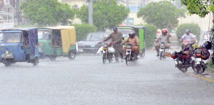 لاہور،موسلادھار بارش کے باعث ٹریفک کی روانی میں شدید متاثر ہے