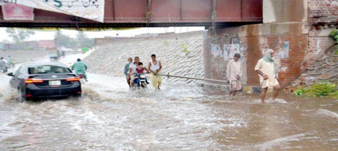 گوجرانوالہ،موسلادھاربارش کے بعد مرکزی شاہراہوں پر پانی کھڑا ہے