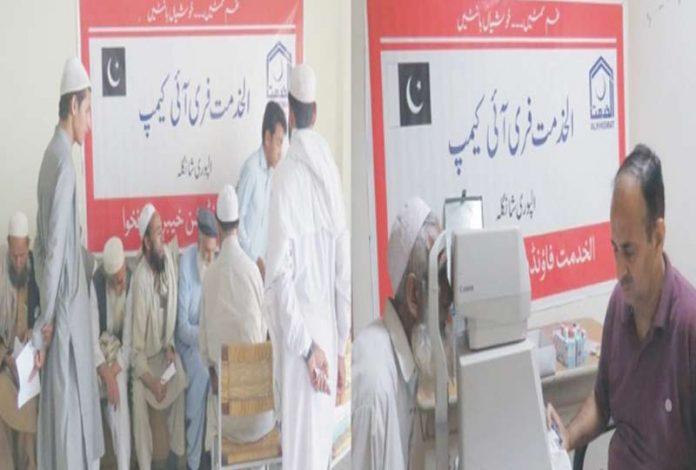 الپوری، الخدمت فائونڈیشن کے تحت لگائے گئے مفت طبی کیمپ میں ڈاکٹر مریضوں کا معائنہ کررہے ہیں