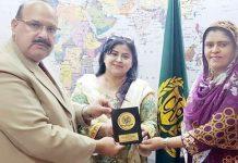 کنزیومرز ایسوسی ایشن آف پاکستان کے چیئرمین کوکب اقبال شمسہ جبیں کو سوینیئر پیش کر رہے ہیں