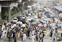 لاہور،تاجربرادری ظالمانہ بجٹ کے خلاف فیروزپور روڈ پر احتجاج کررہی ہے ،احتجاج کے باعث ٹریفک جام ہوگیا ہے