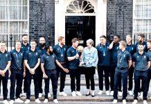 لندن: ڈائوننگ اسٹریٹ میں وزیراعظم تھریسامے کے ساتھ ورلڈکپ کی فاتح انگلش ٹیم کالیاگیا گروپ فوٹو