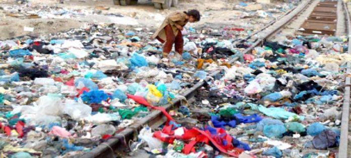 ماڑی پور: ریلوے ٹریک پر خانہ بدوش ننھی بچی کچرے کے ڈھیر سے اپنے کام کی چیزیں چن رہی ہے
