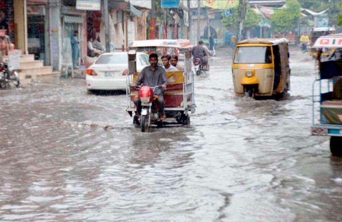 گوجرانوالہ، سیالکوٹ روڈ پر جمع بارش کا پانی مقامی انتظامیہ کی کارکردگی کا پول کھول رہا ہے