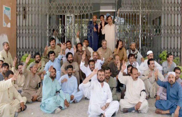 کوئٹہ ،اپیکا کے ملازمین مطالبات کی عدم منظوری پر پریس کلب کے سامنے احتجاج کررہے ہیں
