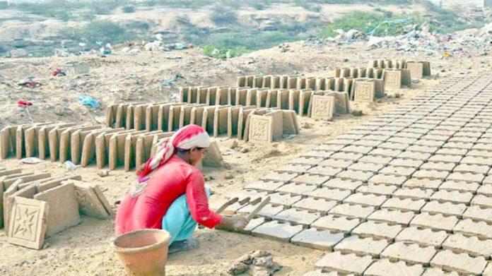 کراچی: سخت گرمی میں ایک مزدور خاتون اینٹیں تیار کر رہی ہے