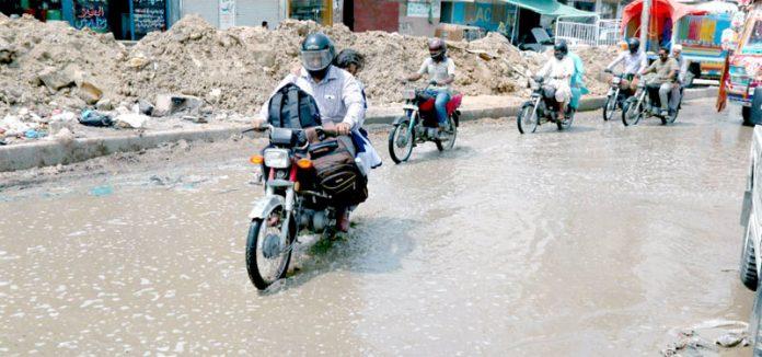 لائنزایریا میں سیوریج کی وجہ سے سڑک زیر آب آ گئی۔ ٹریفک پانی سے گزر رہا ہے