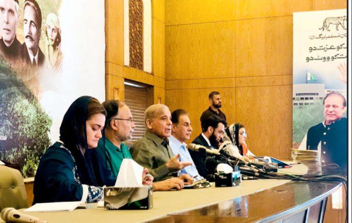 لاہور: مسلم لیگ ن کے سربراہ شہبازشریف پریس کانفرنس کررہے ہیں