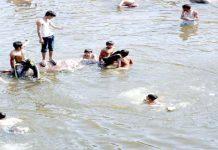 اسلام آباد ،گرمی کے ستائے ہوئے منچلے راول ڈیم میں نہا رہے ہیں