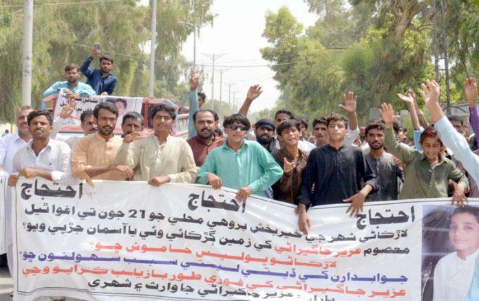 لاڑکانہ ،مبینہ اغوا ہونے والے طلب علم عزیر احمد جاگیرانی کی عدم بازیابی پر ورثا ایس ایس پی چوک پرد ھرنا دے کر احتجاج کررہے ہیں