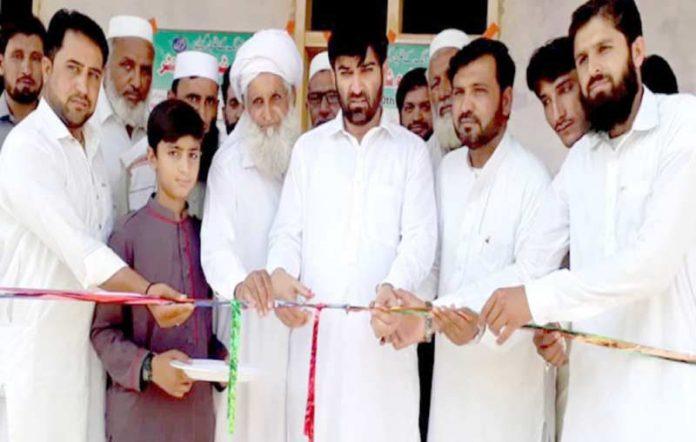 سرائے نورنگ،جماعت سالامی کے ضلعی امیر حاجی عزیز اللہ خان البدرٹیوشن سینٹر کا افتتاح کررہے ہیں