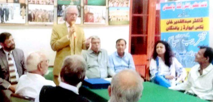 تحریک نفاذ اردو پاکستان کی تقریب سپاس سے صدر تقریب ڈاکٹر پیرزادہ قاسم رضا صدیقی خطاب کر رہے ہیں
