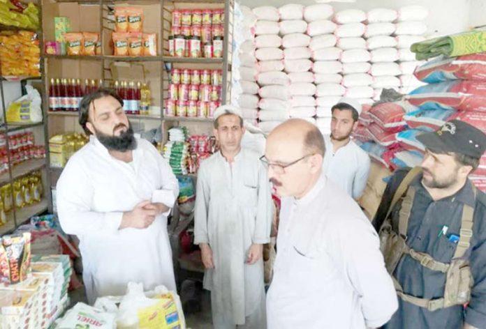 ہنگو،ایڈیشنل اسسٹنٹ کمشنر عزیز اللہ جان سنگیڑہ بازار میں اشیا کے نرخ کا معائنہ کررہے ہیں