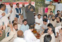 کوئٹہ اے این پی کے رکن صوبائی اسمبلی اصغر خان اچکزئی محکمہ تعلیم کے ملازمین کے ہڑتالی کیمپ میں گفتگو کررہے ہیں