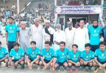 حیدری بلوچ فٹبال کلب کے تحت واجہ شہہ عبدالغنی بلوچ فٹبال ٹورنامنٹ میں خیبر مسلم کا مہمان خصوصی لالہ عاشق کے ساتھ گروپ فوٹو