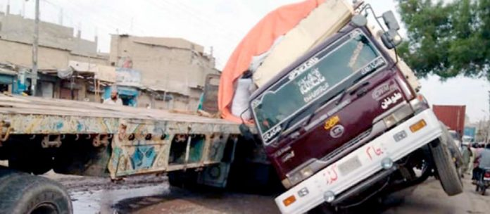 لانڈھی کے علاقے فیوچر کالونی میں ٹوٹی ہوئی سڑک کی وجہ سے ٹرک الٹ گیا