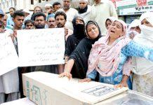 کشمیر کالونی کے رہائشی اپنے عزیز کی نعش لے کر قاتل کی گرفتاری کے لیے پریس کلب کے سامنے مظاہرہ کررہے ہیں