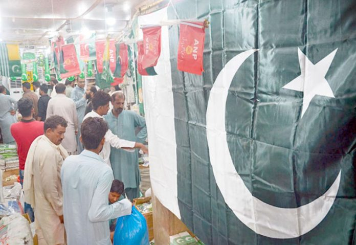 لاہور،شہری یوم آزادی کے سلسلے میں قومی پرچم و دیگر چیزیں خریدنے میں مصروف ہیں