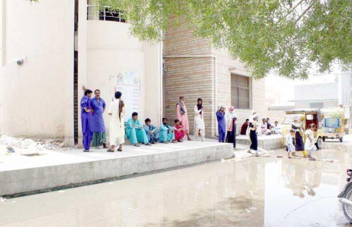 لاڑکانہ ،چانڈ کا میڈیکل کالج اسپتال کے سامنے جمع سیوریج کا پانی مریضوں کی آمدورفت میں شدید مشکلات کا باعث بن رہا ہے