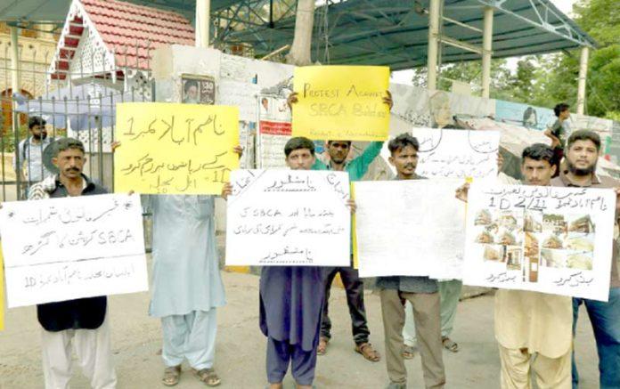 پریس کلب:ناظم آباد کے رہائشی غیر قانونی تعمیرات کے خلاف مظاہرہ کررہے ہیں