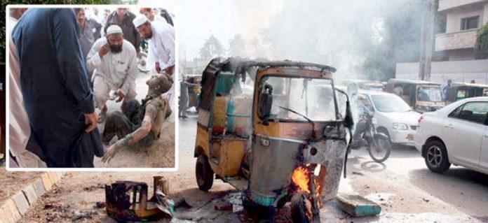 جیل چورنگی کے قریب آٹو رکشہ میں آگ لگی ہوئی ہے جبکہ حادثے میں جھلسنے والے ڈرائیور کے گرد لوگ جمع ہیں