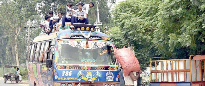 فیصل آباد ،طلبہ کوچ کی چھت پر سفر کررہے ہیں جو کسی بھی حادثے کاباعث بن سکتا ہے